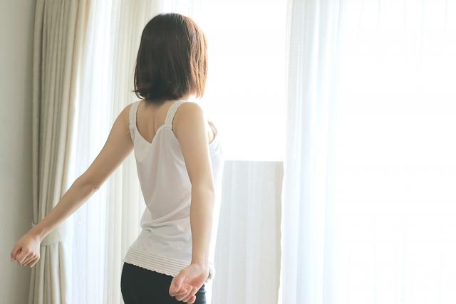 朝日を浴びる女性