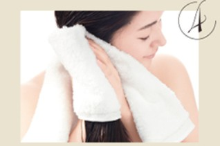 タオルで髪を包み込む様に拭く