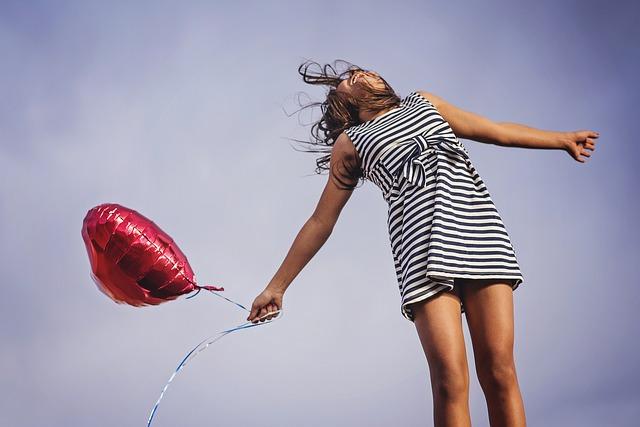 ハートの風船を持つ少女